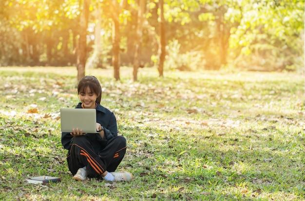 Istruzione apprendimento studiare il concetto: la ragazza asiatica felice attraente gode di di cercare w Foto Premium