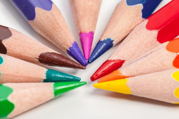 Istruzione o ritorno a scuola concetto. chiuda sul macro colpo della matita di colore Foto Premium