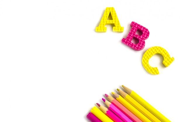 Istruzione o ritorno a scuola. rifornimenti di scuola di colorfull su bianco Foto Premium