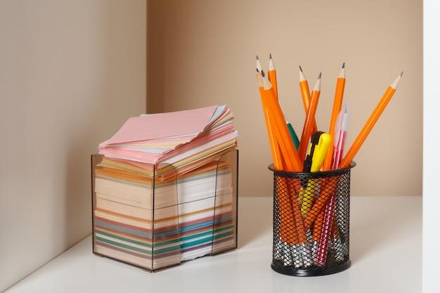 Istruzione, studio e ritorno al concetto di scuola scrivania creativa con elementi decorativi Foto Premium