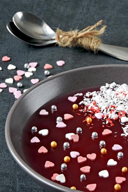 Jelly bowl per san valentino. bellissimo piatto con marmellata e decorazioni di san valentino. dessert a san valentino. Foto Premium