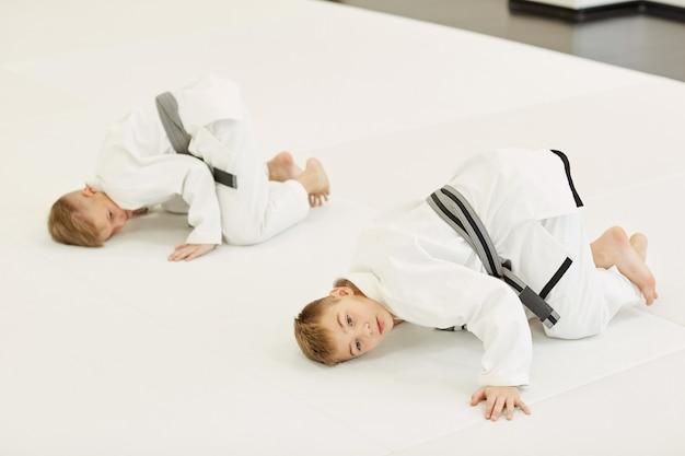 Judoisti che si esercitano in palestra Foto Premium