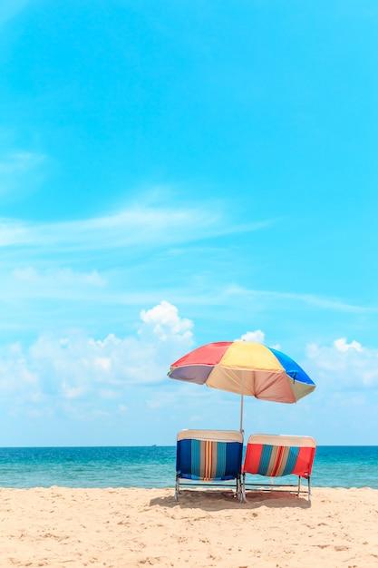 Ka-ron beach a phuket, in thailandia. spiaggia di sabbia bianca con ombrellone Foto Premium