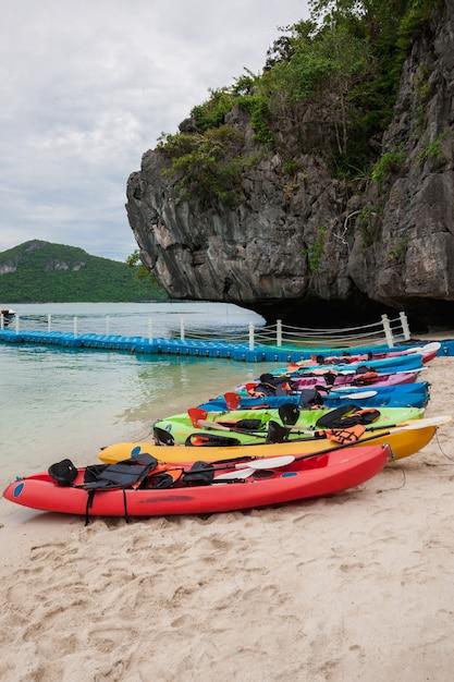 Kayak colorati sulla spiaggia Foto Gratuite