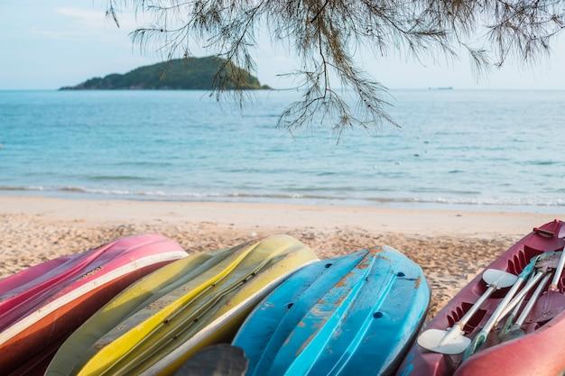 Kayak rovesciati sulla riva del mare Foto Gratuite