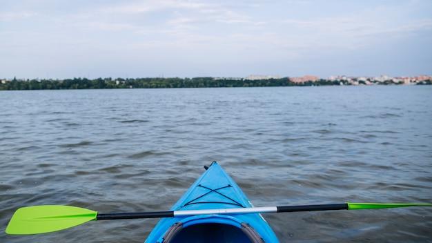 Kayak sportivo sulla riva del lago roccioso Foto Gratuite