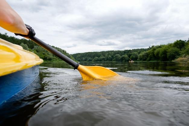 Kayak sul fiume, pagaia da vicino Foto Premium