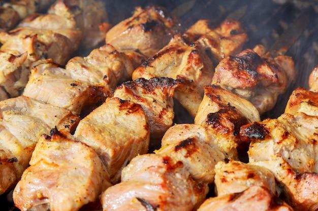 Kebab crudo che griglia sullo spiedo del metallo. torrefazione di carne cruda al barbecue. Foto Premium