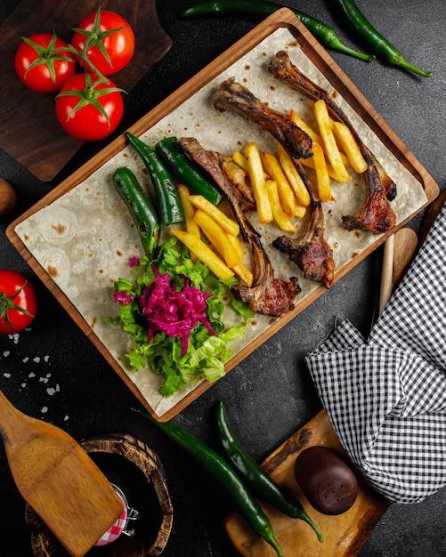Kebab di carne con vista dall'alto di patatine fritte Foto Gratuite