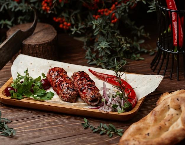 Kebab di lule in salsa barbecue con peperoncino Foto Gratuite