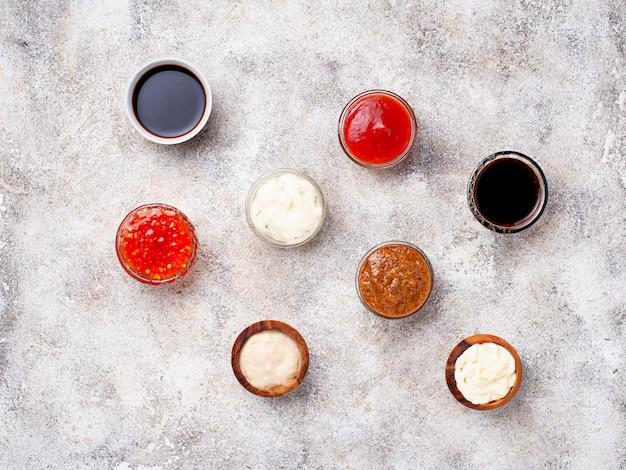 Ketchup, maionese, senape, rafano, salsa di soia e tartaro Foto Premium