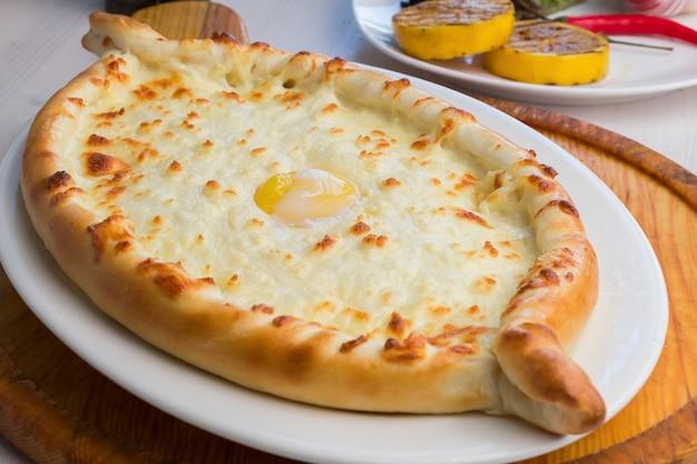 Khachapuri adiacente con formaggio sulguni - cucina georgiana Foto Premium