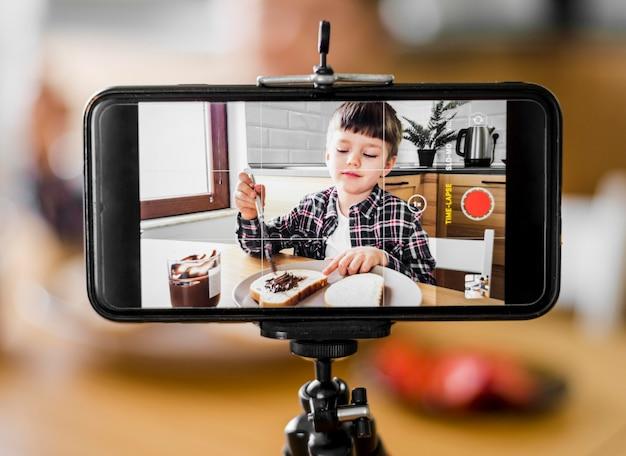 Kid si registra con il telefono Foto Gratuite