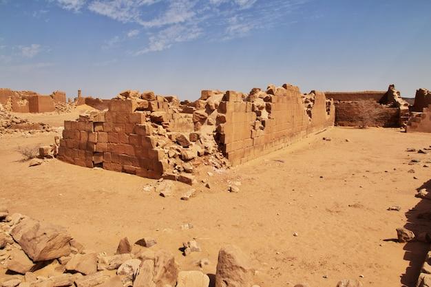 Kingdom kush - le rovine del tempio nel deserto del sahara in sudan Foto Premium
