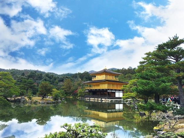 Kinkakuji temple, il famoso punto di riferimento a kyoto, in giappone. Foto Premium