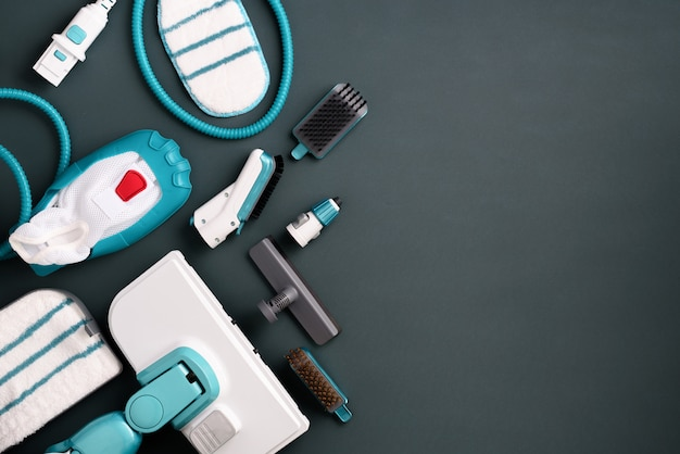 Kit di moderni pulitori a vapore professionali su sfondo grigio. Foto Premium