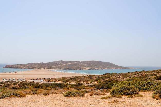 Kite surf, windsurf, mar egeo. spiaggia di sabbia a prasonisi, rodi. concetto di viaggio Foto Premium