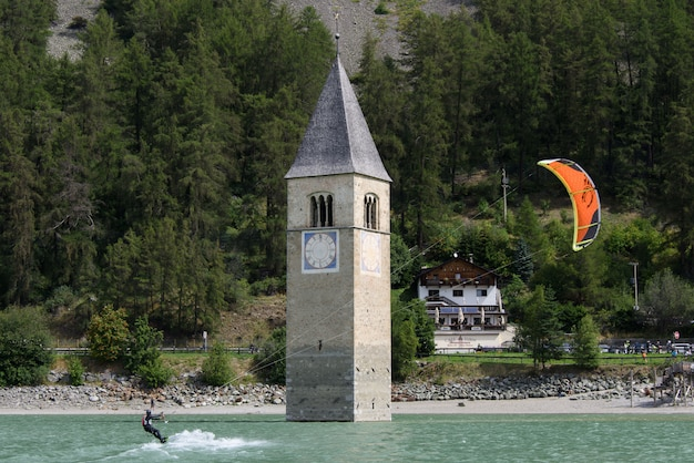 Kitesurf e campanile sommerso nel lago di resia Foto Premium