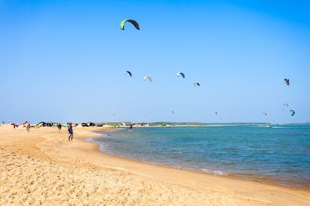 Kitesurf sulla spiaggia di kalpitiya Foto Premium