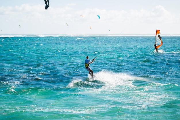 Kitesurf sulla spiaggia di le morne a mauritius Foto Premium
