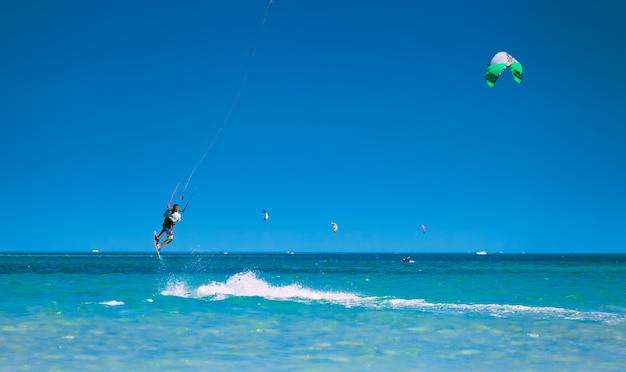 Kitesurfer impennata nel cielo sopra il mar rosso Foto Premium