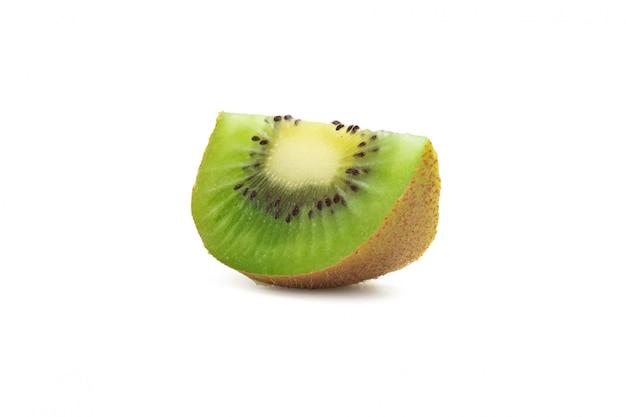 Kiwi maturo affettato isolato su fondo bianco con il percorso di ritaglio Foto Premium