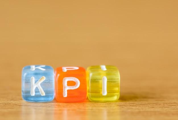 Kpi - indicatore key performance sullo sfondo della tabella Foto Premium