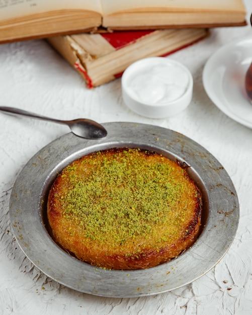 Kunefe da dessert turco condito con pistacchio Foto Gratuite