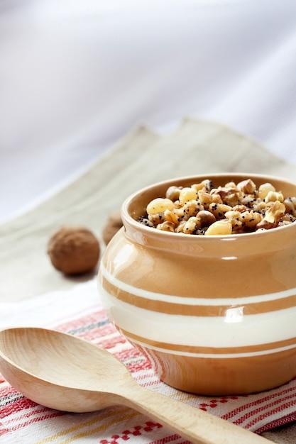 Kutia - budino di grano dolce, il primo piatto tradizionale della cena della vigilia di natale servito nei paesi dell'europa orientale Foto Premium