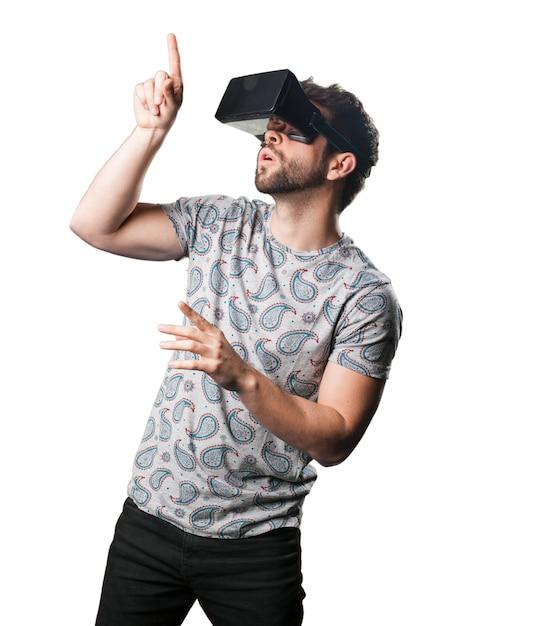 L uomo che punta con gli occhiali di realtà virtuale