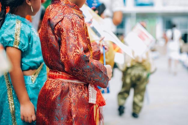 L'abito nazionale nel giorno dell'asean, gli studenti che tengono la mano portano la bandiera dell'associazione delle nazioni del sud-est asiatico Foto Premium