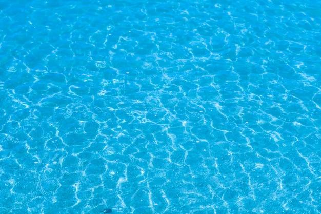 L'acqua è così limpida che puoi vedere la sabbia e le conchiglie nell'acqua Foto Premium