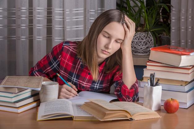 L'adolescente sta facendo i compiti Foto Premium