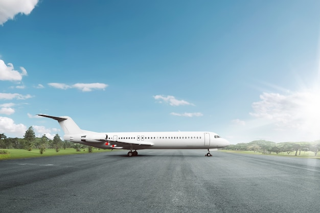 L'aereo bianco ha parcheggiato sulla pista all'aeroporto Foto Premium