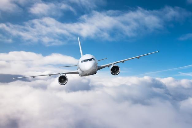 L'aereo passeggeri sale l'altitudine e il basso cielo coperto. Foto Premium