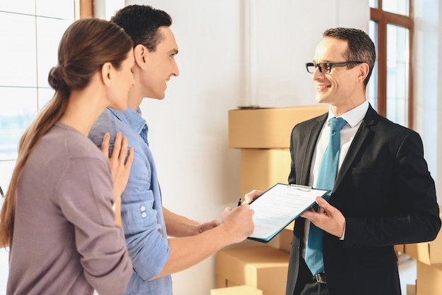 L'agente immobiliare chiede a un uomo di firmare sul tablet. Foto Premium