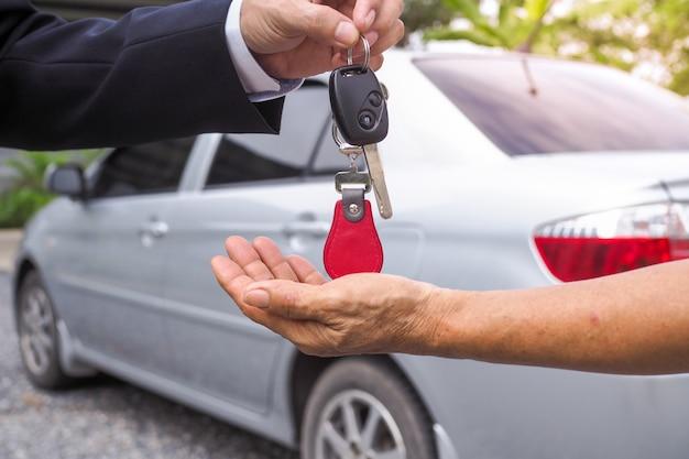 L'agenzia ha inviato le chiavi della macchina agli inquilini per motivi di viaggio Foto Premium