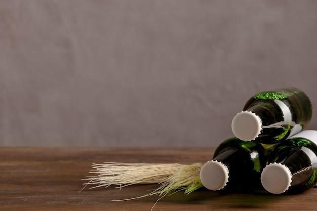 L'alcolico verde imbottiglia l'etichetta bianca sulla tavola di legno Foto Gratuite