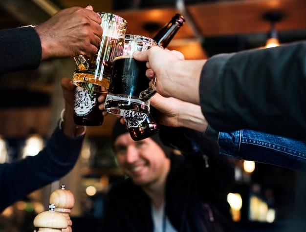 L'alcool dell'alcool di birra dell'alimento della birra del mestiere celebra il rinfresco Foto Premium