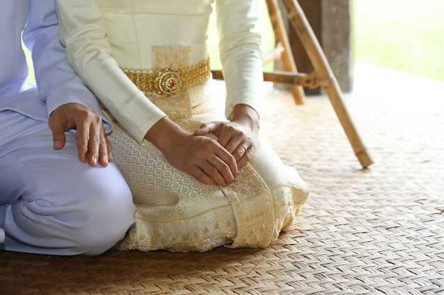 L'amante tiene la mano con l'anello di nozze d'oro Foto Premium