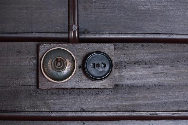 L'annata ha messo l'interruttore della luce sulla parete interna di legno Foto Premium