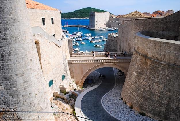 L'antico castello sulla spiaggia invita i turisti con la sua bellezza. Foto Premium