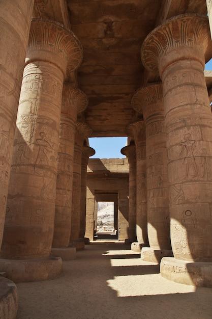 L'antico tempio di ramesseum a luxor, in egitto Foto Premium