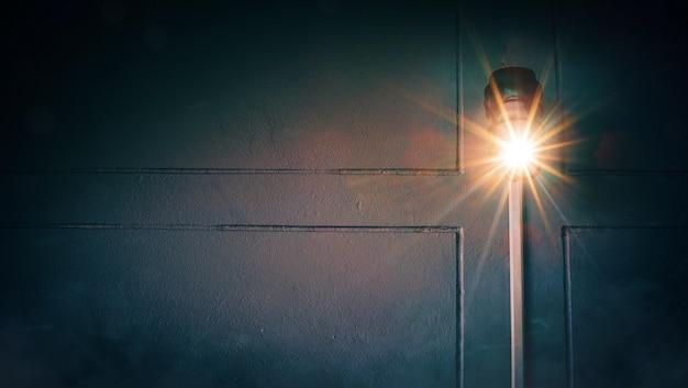 L'arancio cresce la luce con una linea trasversale nel buio Foto Premium
