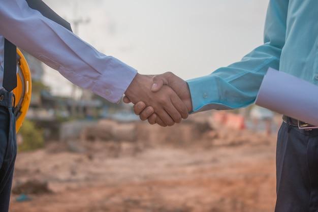 L'associazione dell'appaltatore stringe la mano al cantiere Foto Premium
