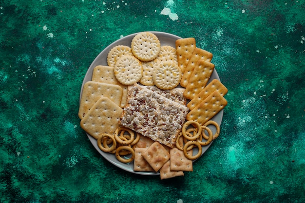 L'assortimento dei cracker del sale ha sparato dalla cima su variopinto con la copia. mix di snack salati per feste Foto Gratuite
