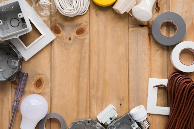 L'attrezzatura elettrica ha sistemato nel telaio circolare sulla tavola di legno Foto Gratuite