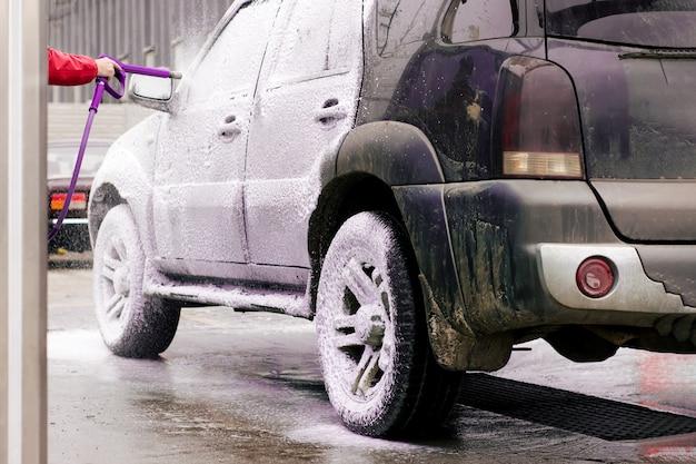 L'auto sporca esplode con schiuma attiva dallo spray sul lavandino Foto Premium