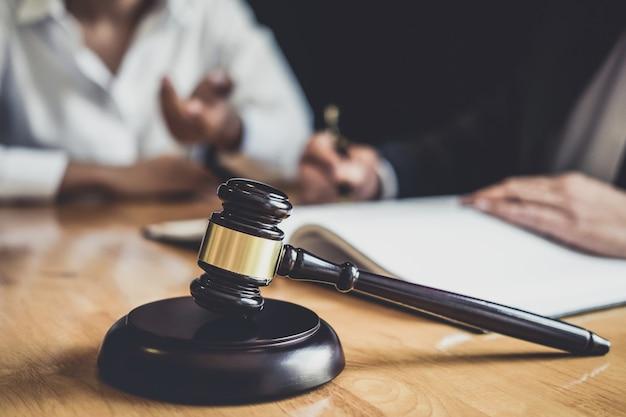 L'avvocato o il consulente che lavora in tribunale hanno incontrato il cliente per la consultazione con la documentazione contrattuale Foto Premium