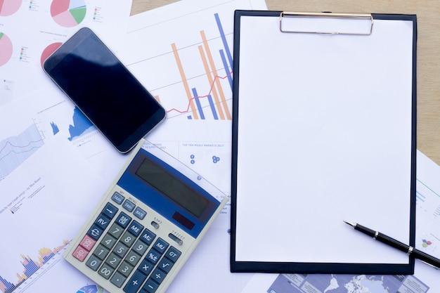 L'azienda analizza i bilanci annuali della società, bilancia i lavori con i documenti grafici. Foto Premium